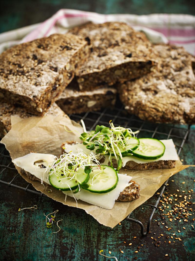 Fyll ditt bröd med hasselnötter och russin.