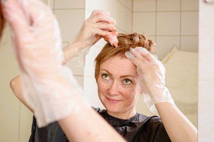 Så färgar du håret hemma