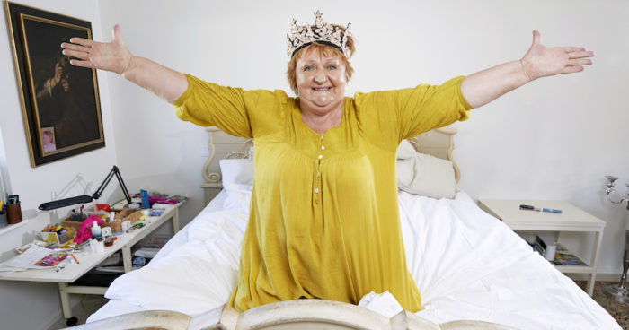Marianne Mörck i sin stora säng där hon tillbringar mycket av sin tid hemma.