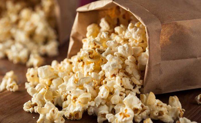 Att poppa popcorn i kastrull sägs vara godare än micropopcorn