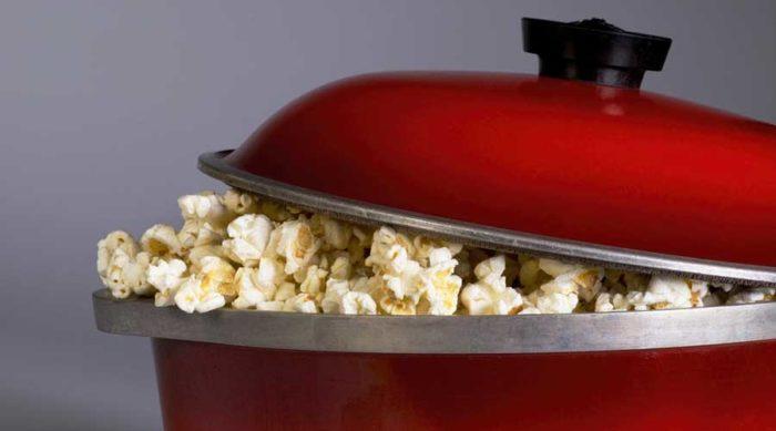 Popcorn är oftast godast med lite salt och smör till.