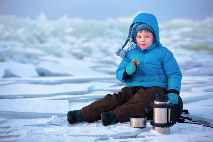 barn fikar utomhus