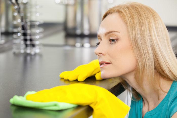 kvinna torkar diskbänk