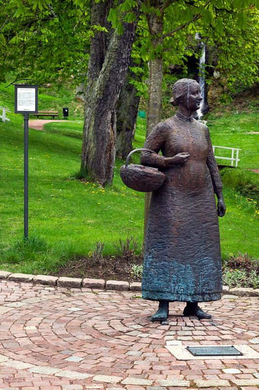Polkagrisens uppfinnare Amalia Eriksson Polkagrisens Moder står staty i Gränna.