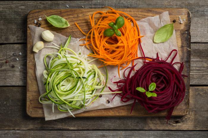 Grönsakspasta av zucchini, morot och rödbeta.