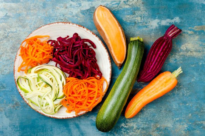 Grönsakspasta av zucchini, sötpotatis, morot och rödbeta.