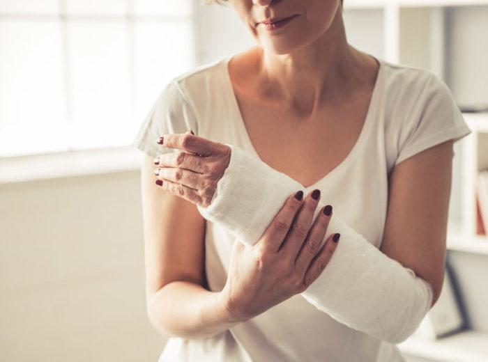 Osteoporos, eller benskörhet, leder ofta till frakturer och benbrott.