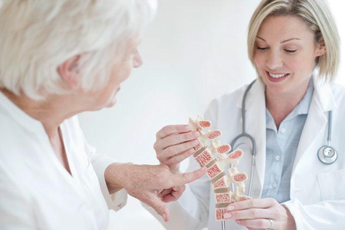 Osteoporos, eller benskörhet, innebär att skelettet försvagas och att man lättare får benbrott.