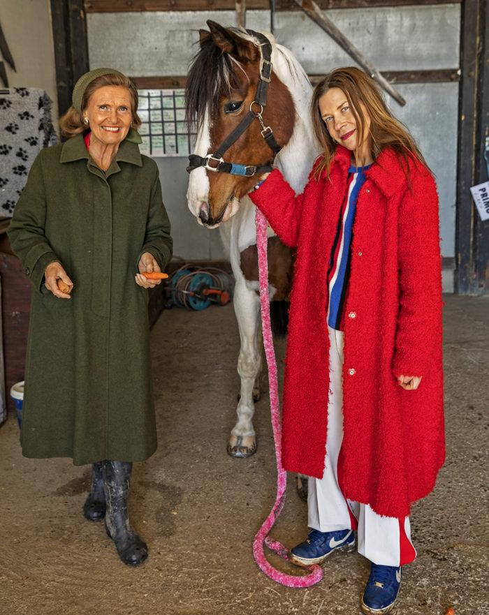 Caroline af Ugglas med sin mamma Yvonne i stallet