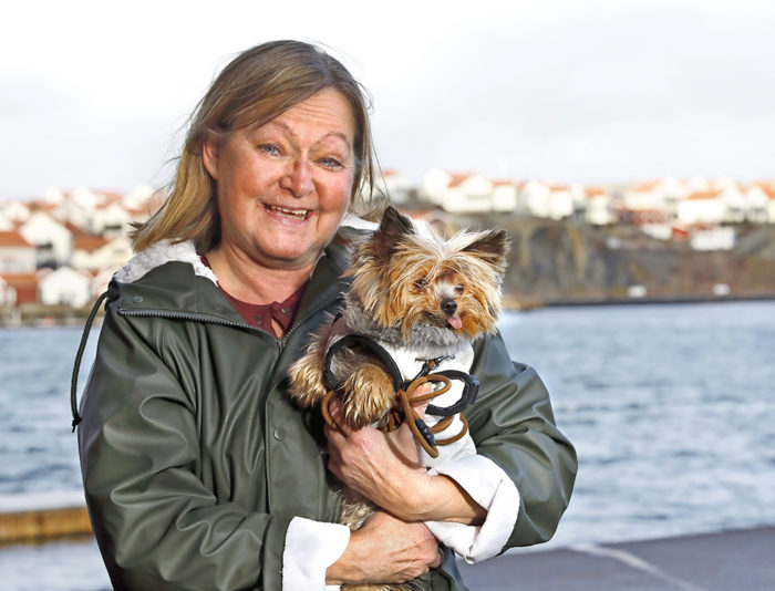 Ann Mellblom ute med sin hund.