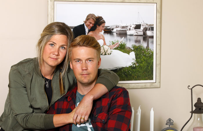Anneli och Henrik framför bröllopsbilden