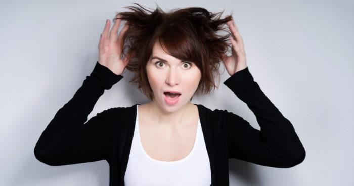 kvinna drar sig i håret
