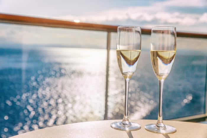 Två glas champagne på kryssning.
