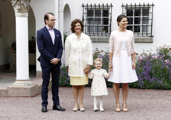 2014 firade kronprinsessan Victoria 37 år. Här utanför Sollidens slott på Öland tillsammans med prinsessan Estelle, prins Daniel och drottning Silvia.