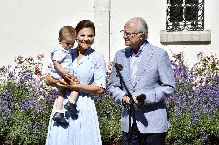 Kronprinsessan Victoria tillsammans med prins Oscar och kung Carl XVI Gustaf på Solliden på Öland 2017.