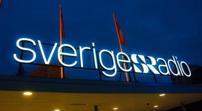 Sveriges radios upplysta logga nattetid.