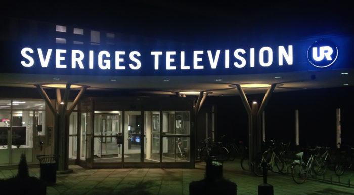 Sveriges Televisions logga nattetid på tv-huset i Stockholm.