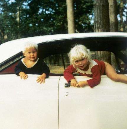 Lili och Susie på bilsemester som små.