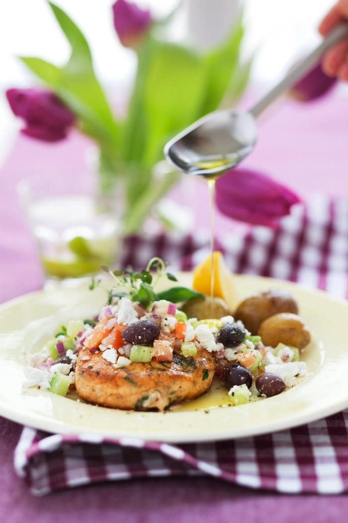 Laxburgare med grekisk salsa *** Local Caption *** Lax Burgare