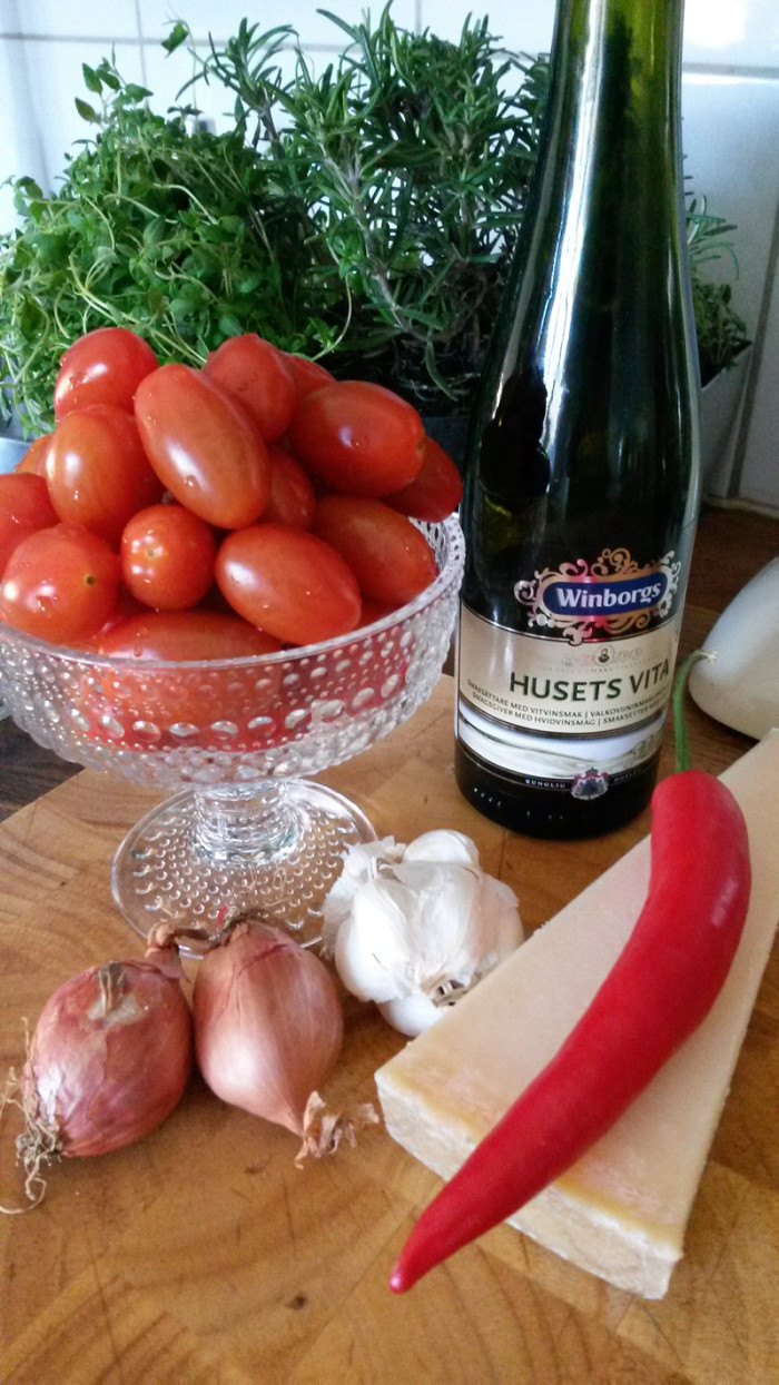 Chili, vitlök, schalottenlök, tomat, parmesan och vin – kan det bli bättre?
