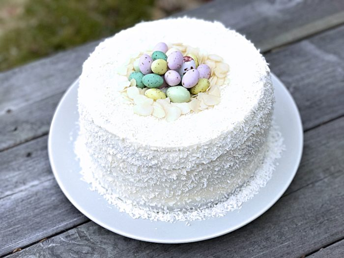 Glutenfri morotstårta med påskgodis