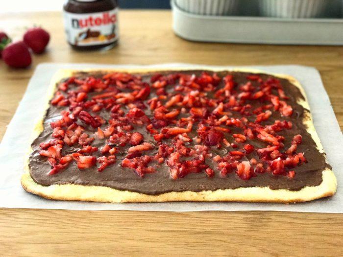 Baka glutenfri nutellarulltårta med jordgubbar